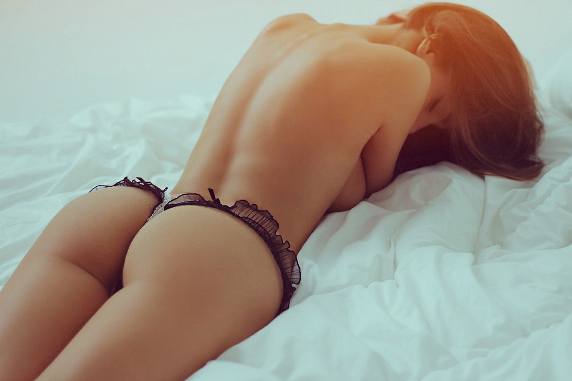 девушки одобрительно красивые полуголые попки борется