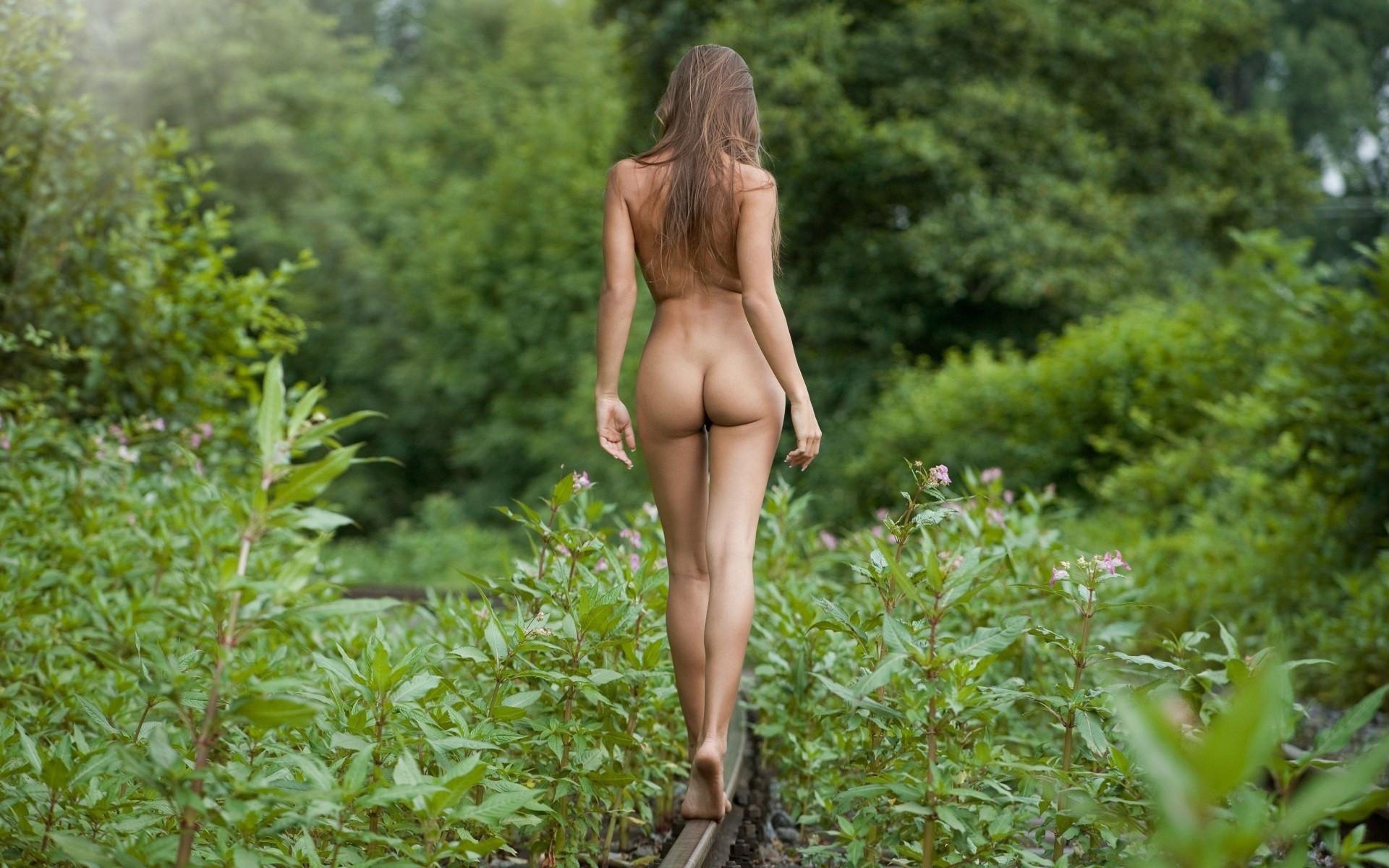 Эротичные танцы на природе